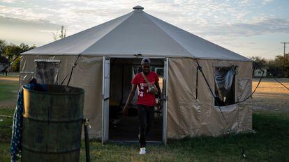 Un migrante haitiano sale de un albergue temporal instalado en la ciudad de Del Río (Texas), este lunes.