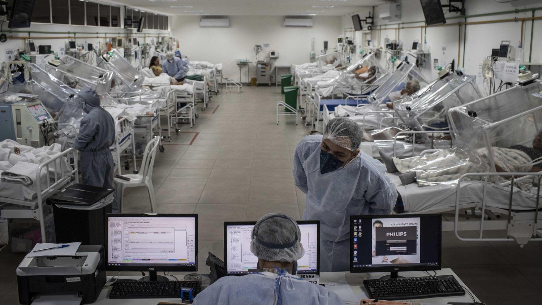 Personal sanitario en el Hospital Municipal de Campaña Gilberto Novaes, en la ciudad de Manaos, Amazonas (Brasil) comprueban los datos de algunos de los pacientes.