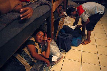 Varios inmigrantes indocumentados descansan en el refugio San Juan Bosco en Nogales, en el Estado mexicano de Sonora.