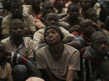 Algunos de los estudiantes nigerianos que han estado secuestrados durante seis días, en un edificio del gobierno después de haber sido liberados, este viernes en la localidad de Katsina.