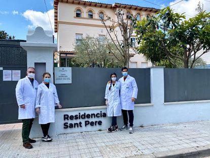 De izquierda a derecha, Andrés Rueda, el director de la residencia Sant Pere de Les Fonts, en Terrassa, su mujer (enfermera), su hija (psicóloga) y su hijo (administración).
