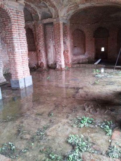 Imagen de la galería con el suelo anegado por el agua.