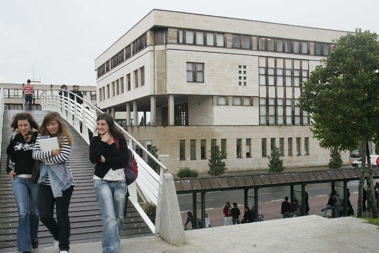 Alumnos en una de las zonas de acceso entre edificios del campus de la UPV de Leioa, en Vizcaya.