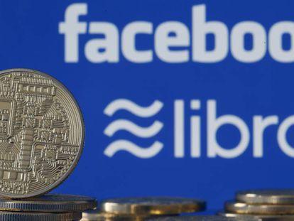 Monedas físicas que representan la Libra que planea lanzar Facebook. En vídeo, anuncio de la moneda Libra.