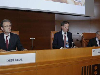 El presidente de CaixaBank, Jordi Gual; junto al director general de IESE, Franz Heukamp, y el profesor Antonio Argandoña.