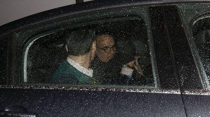 Mario Conde sale detenido de su domicilio el pasado 11 de abril.
