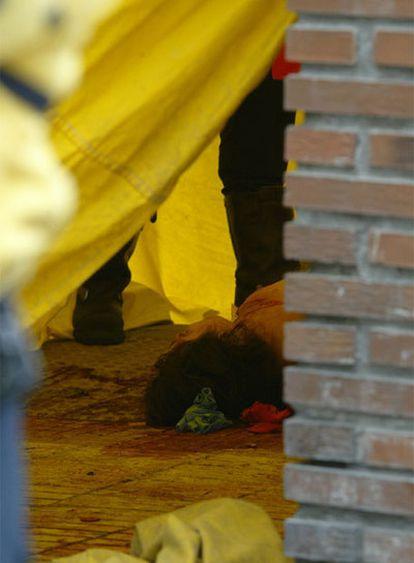 Una mujer asesinada por su pareja en una calle de Madrid en mayo de 2006.