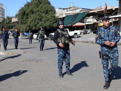 Las fuerzas de seguridad iraquíes se despliegan en el lugar del atentado, el 21 de enero de 2021 en Bagdad.