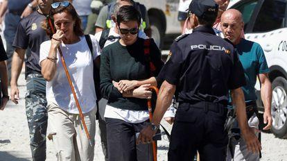 Lola (izquierda), la hermana de Blanca Fernández Ochoa, tras confirmarse que el cadáver encontrado por la Guardia Civil es el de la esquiadora.