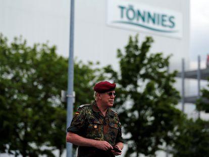 Imagen de un militar alemán, junto a las instalaciones de la empresa cárnica Tönnies, cerrada debido a un brote de coronavirus, en Rheda-Wiedenbrueck, al oeste de Alemania.