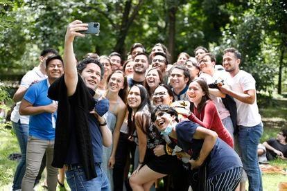 El director de orquesta venezolano Gustavo Dudamel se toma una fotografía con los jóvenes músicos de la Orquesta del Encuentro en el parque del Retiro el pasado 23 de junio, después de la visita al Museo del Prado y al centro de Madrid.