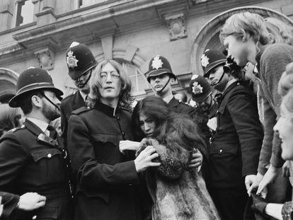 John Lennon y Yoko Ono abandonan los juzgados de Marylebone en Londres en octubre de 1968 tras la audiencia del juicio por posesión de drogas.
