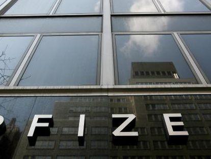 Vista de la fachada de la sede mundial de Pfizer, en Nueva York.