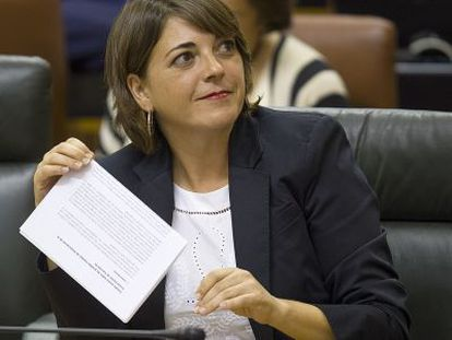 La consejera de Fomento, Elena Cortés, en el Parlamento.