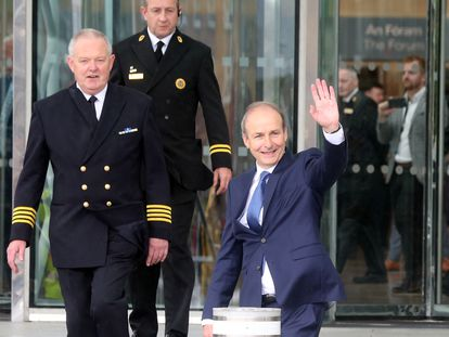 Micheál Martin se dirige a la residencia presidencial para recibir el sello de nuevo primer ministro irlandés, este sábado en Dublín.