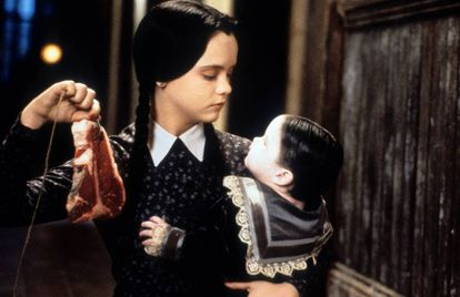 Christina Ricci como Miércoles Addams en 'La familia Addams: la tradición continúa' (1993), segunda parte de la exitosa película que estrenó en 1991.