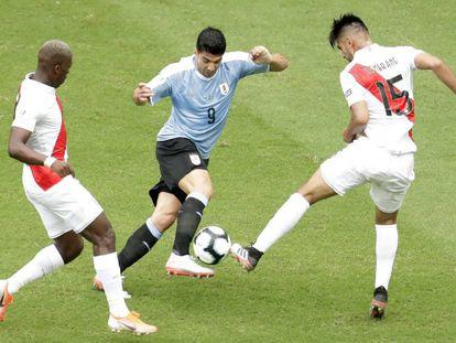 Luis Suarez lucha con Zambrano en el Uruguay-Perú-