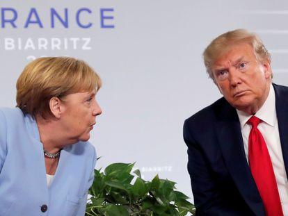 El presidente de EE UU, Donald Trump, y la canciller alemana, Angela Merkel, durante su reunión bilateral en el G7 de Biarritz el verano pasado.