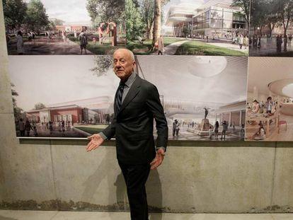Foster, durante la presentación de su proyecto en Bilbao, en 2019, ante varias imágenes de su propuesta.