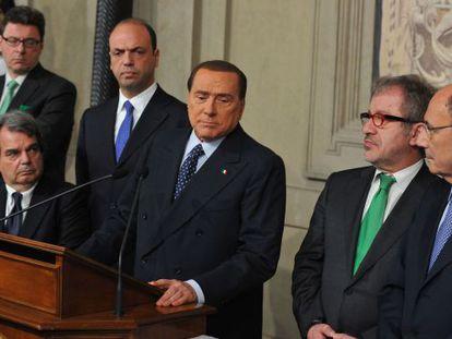 Berlusconi se dirige a los medios tras su reunión con Napolitano.