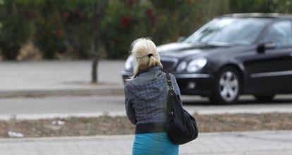 Una prostituta en el polígono industrial de la Garena, en Alcalá de Henares.