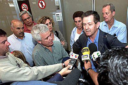 Txomin Aurrekoetxea, diputado del Parlamento vasco, responde a los periodistas a su llegada a Gran Canaria.