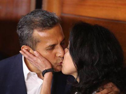 El expresidente peruano Ollanta Humala y su esposa, Nadine Heredia, tras salir de la cárcel.