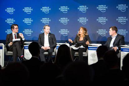 Uno de los debates del Foro de Davos del pasado mes de enero en Suisa. De izquierda a derecha, John Fraher, editor de la agencia Bloomberg; Arkady Dvorkovich, viceprimer ministro de Rusia; Emma Marcegaglia, presidenta de Eni; y Alexey A. Mordashov, presidente de Severstal