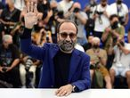 Cannes (France), 14/07/2021.- Director Asghar Farhadi poses during the photocall for 'Ghahreman' (A Hero) at the 74th annual Cannes Film Festival, in Cannes, France, 14 July 2021. The movie is presented in the Official Competition of the festival which runs from 06 to 17 July. (Cine, Francia) EFE/EPA/CAROLINE BLUMBERG