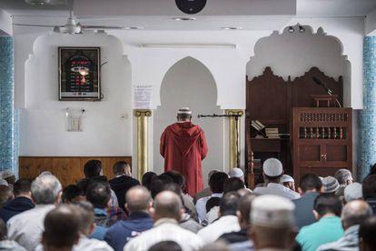 Varios musulmanes rezan en memoria del sacerdote Jacques Hamel durante el rezo en una mezquita en Francia.