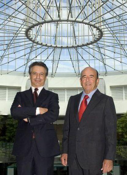 Los presidentes del Banco Santander, Emilio Botín (derecha) , y Monte dei Paschi di Siena (MPS), Giuseppe Mussari, tras el cierre de la venta del primero al segundo del banco Antonveneta