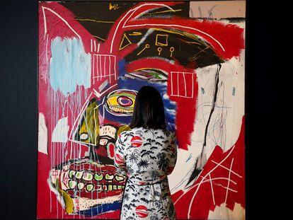 Una mujer mira 'In This Case', obra de Jean-Michel Basquiat, durante una muestra previa a la subasta de Christie's, Nueva York.