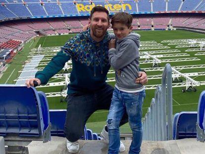 Messi posa en el Camp Nou junto a su hijo Thiago este domingo, en una foto de su Instagram.