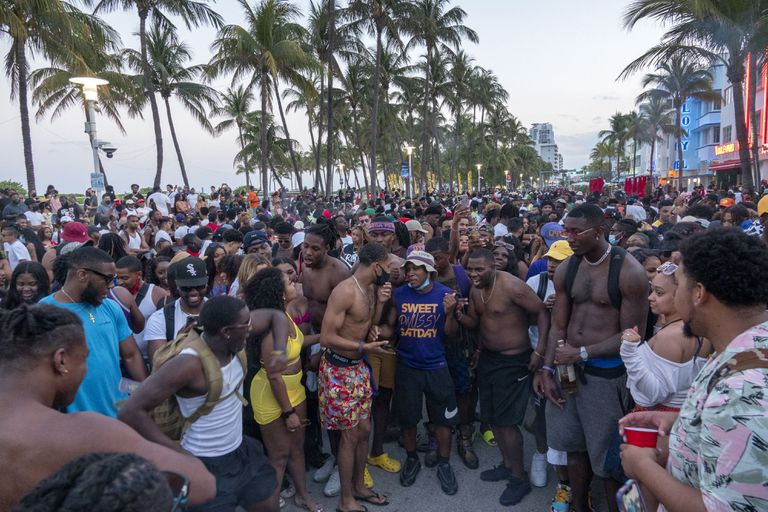 Thousands of people drink and have fun without masks or distances on the streets of Miami Beach, this Saturday.