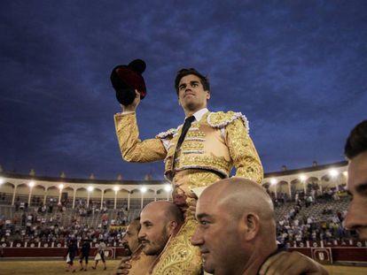 Rubén Pinar, a hombros tras cortar dos orejas en la feria de Albacete.