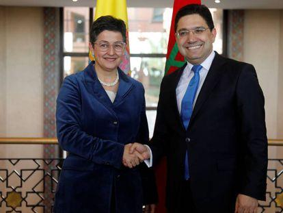 Arancha González Laya saluda a su homólogo marroquí, Nasser Burita, el pasado 24 de enero en Rabat.
