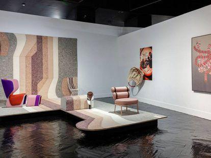 Vista de uno de los bodegones del Madrid Design Festival con la silla Roll de Kettal en primer plano y la butaca Gender de Cassina al fondo sobre alfombra Nuances de GAN tejida con un 80% de lana reciclada.