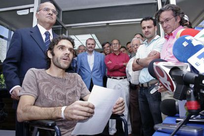 El diestro madrileño José Tomás abandona en silla de ruedas el Hospital Hidalgo de Aguascalientes (México), donde ha permanecido una semana ingresado tras sufrir una grave cornada.