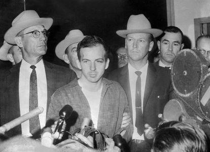 Oswald durnate una conferencia de prensa tras su arresto en Dallas