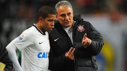 Tite habla Guilherme Andrade, durante un partido del Cortinthians en el Mundial de Clubes, en diciembre de 2012.