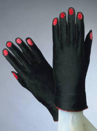 Guantes de la colección de alta costura de 1936-1937 de Shiaparelli en los que Picasso se inspiró para un trampantojo.