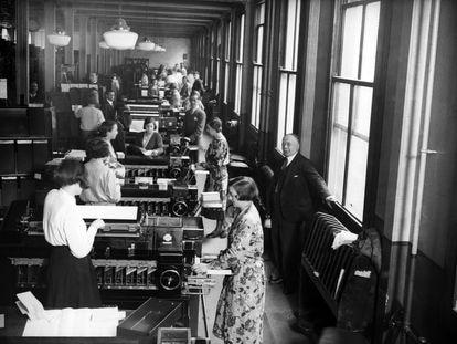 Varias personas perforan tarjetas con información recopilada por el censo con máquinas de Hollerith, en Londres, en junio de 1932.