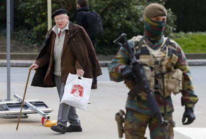Un militar belga custodia los alrededores del Consejo Europeo.