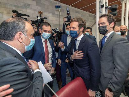 El presidente del Partido Popular Pablo Casado (segundo por la derecha), y el secretario general, Teodoro García Egea (primero por la derecha), saludan a los diputados expulsados de Vox Francisco Carrera (primero por la izquierda) y Juan José Liarte (segundo por la izquierda), tras no prosperar la moción de censura.