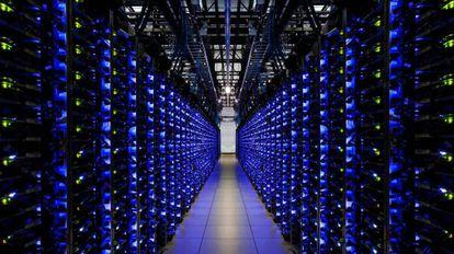 Una cantidad creciente de la vida de las personas se desarrolla en la red y se guarda en enormes centros de datos como este de Google.