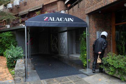 Entrada del restaurante Zalacaín, en Madrid, este jueves, tras anunciar su cierre.