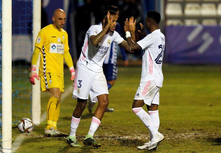 Militao celebra su gol ante el Alcoyano con Vinicius este miércoles.