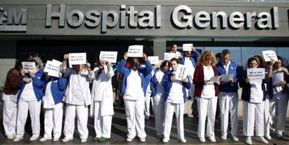 Protestas del personal sanitario ante los recortes a las puertas del Hospital La Paz de Madrid. / Alvaro García