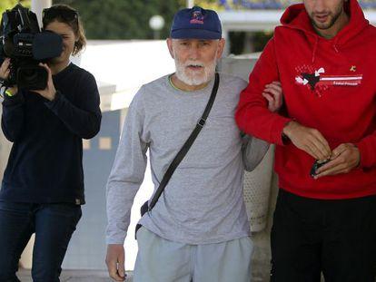 El etarra Iosu Uribetxeberria Bolinaga, al llegar al hospital.