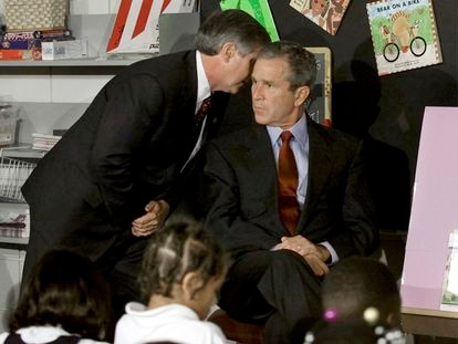 El presidente de Estados Unidos, George Bush, es informado de que un segundo avión se ha estrellado contra el World Trade Center, el 11 de septiembre de hace 20 años, cuando impartía una charla en una escuela de primaria en Nueva York.
